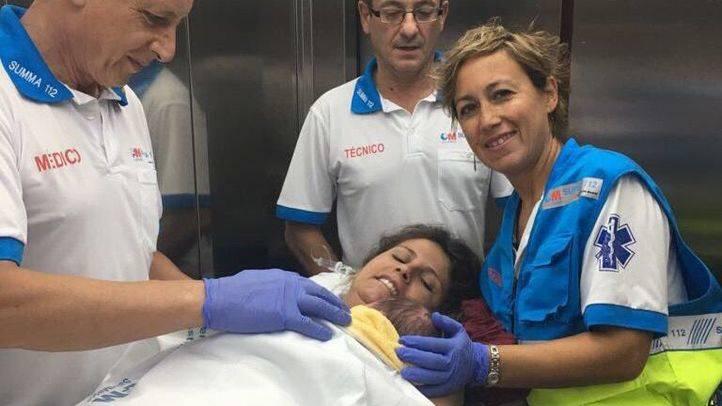 La mujer que ha dado a luz en su domicilio a su entrada en el Hospital Príncipe de Asturias