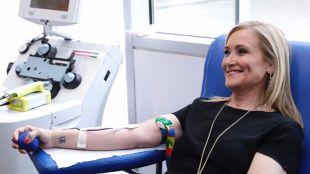 Cifuentes anima a los madrileños a donar sangre