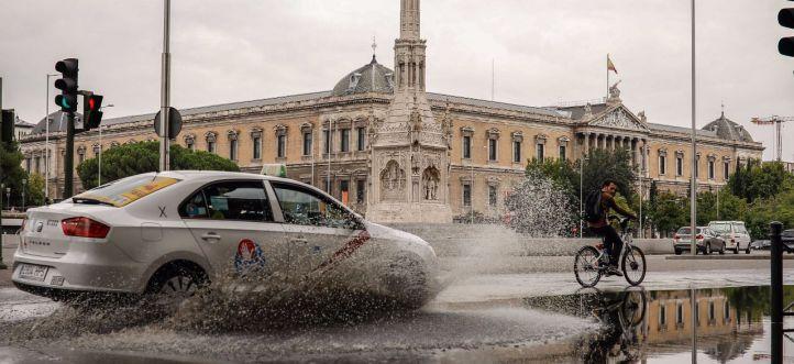 Las lluvias caídas en las últimas horas han producido charcos de grandes dimensiones en la plaza de Colón.