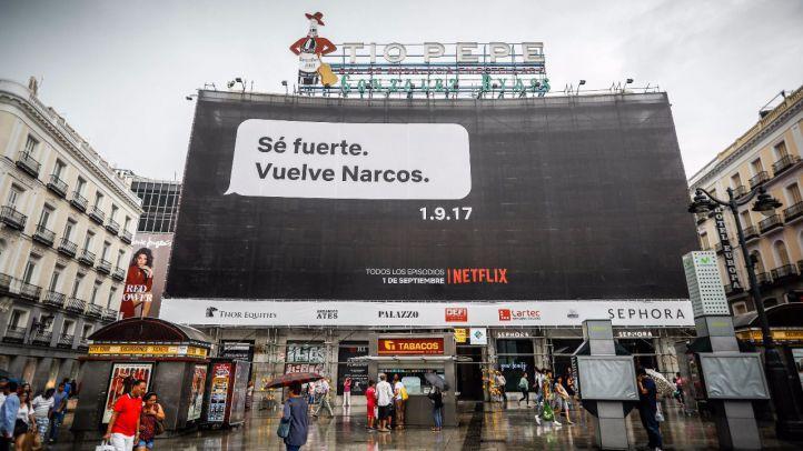 La empresa estadounidense de entretenimiento, Netflix, promociona su serie Narcos con un cartel en la Puerta del Sol parafraseando el mensaje de texto que Rajoy mandó a Bárcenas.