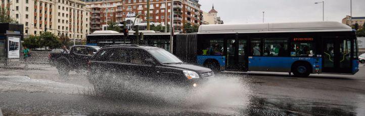 Balsa de agua en la vía pública tras la tormenta en Madrid