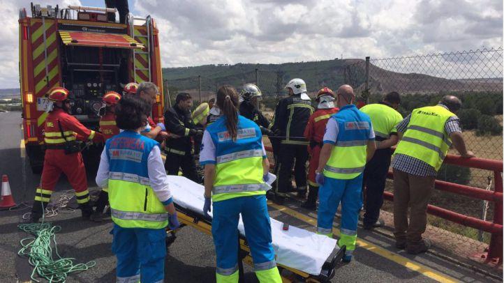 Rescate del trabajador que ha quedado colgando de un puente tras recibir una descarga eléctrica.