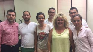 Sara Hernández, secretaria general del PSOE-M, y Mónica Carazo, diputada del PSOE en la Asamblea de Madrid, junto a la alcaldesa de Aranjuez y el equipo de Gobierno tras la finalización del pleno que supuso su renuncia.