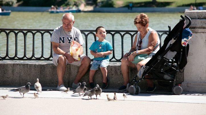 Una pareja de señores mayores cuidan de su nieto. (Archivo)