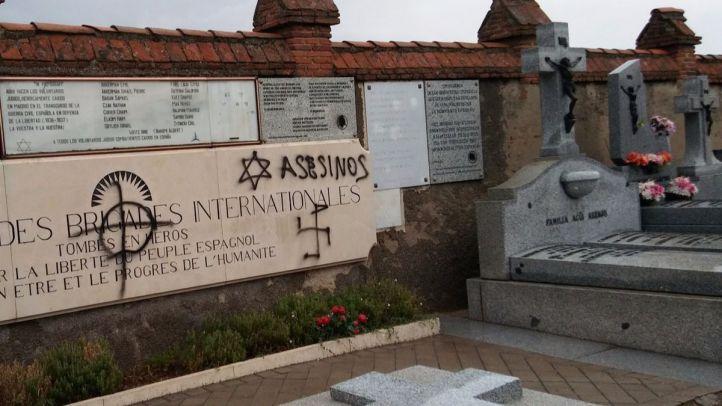 Pintadas en las tumbas y monumentos a las Brigadas Internacionales del cementerio de Fuencarral.