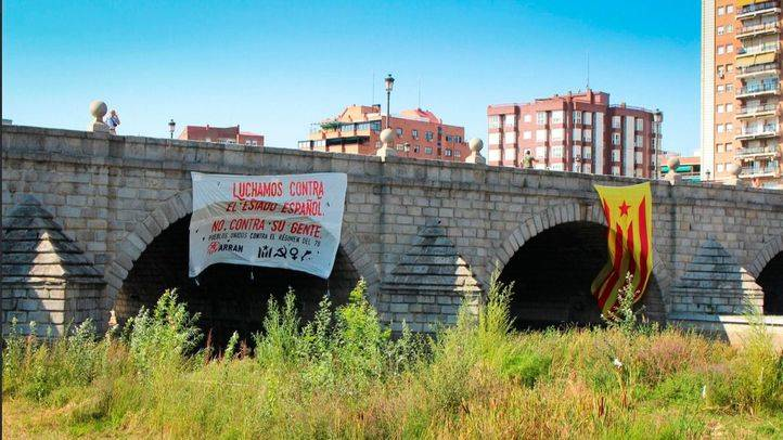 Pancarta y bandera independentista catalana colocada por la organización Arran en el Puente de Segovia.