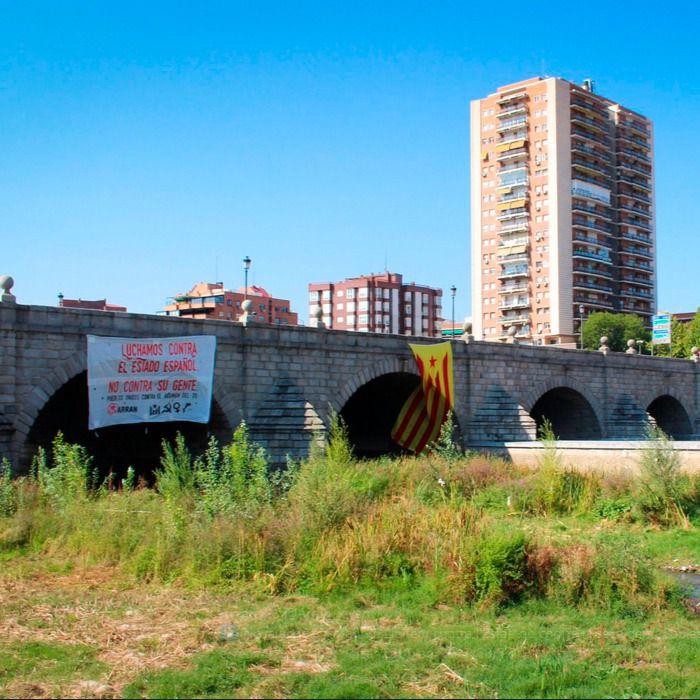 Retirada una enorme estelada del Puente de Segovia