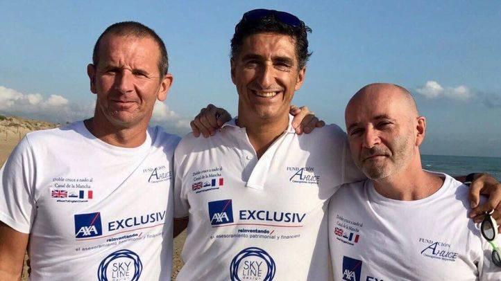 Javier Sanz, nadador de Alcobendas, con dos de los miembros del equipo que ha tenido que abandonar la causa