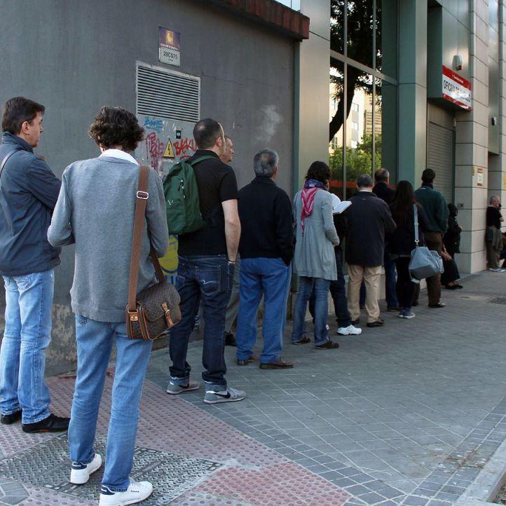 Gente esperando a las puertas de una oficina del Inem