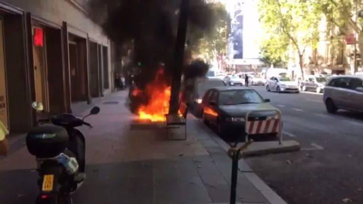 Moto incendiada en Velazquez.