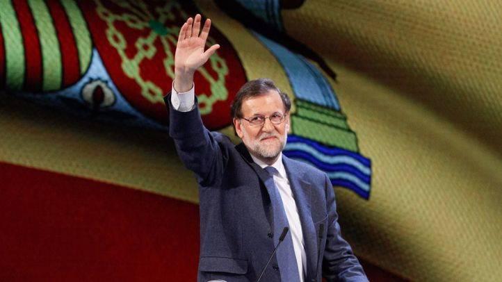 Mariano Rajoy al frente de una bandera de España en un acto. (Archivo)