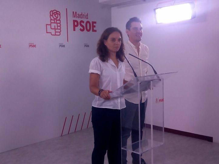 Sara Hernández, acompañada exclusivamente de Enrique Rico, su secretario de Organización, en el anuncio de su retirada.