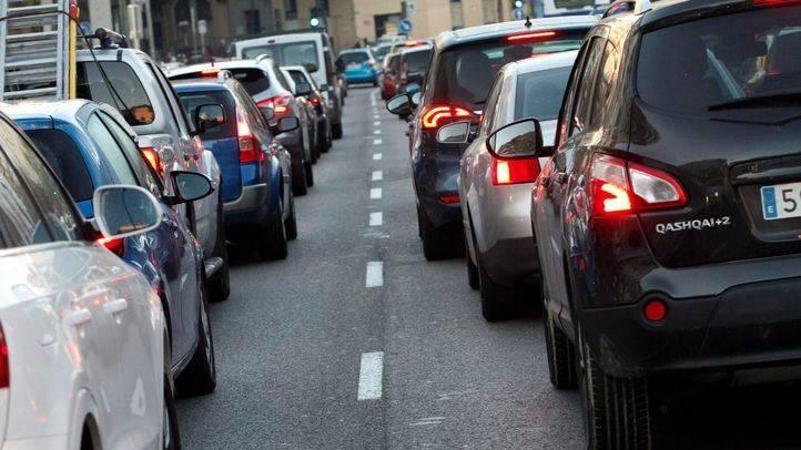 Gran acumulación de tráfico rodado de coches turismos a la entrada de Madrid. (Archivo)