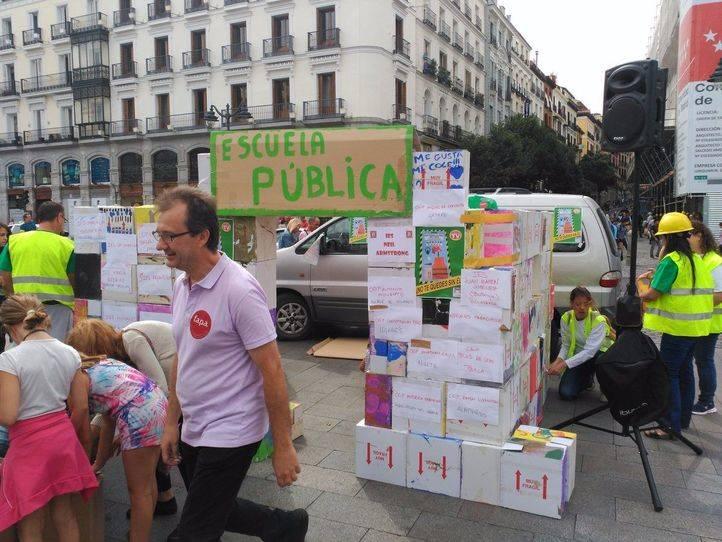 Colegio de cartón hecho por la FAPA Francisco Giner de los Ríos