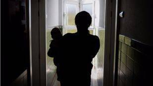 Dispuestas a luchar, las mujeres llegan al centro embarazadas o con su bebé en brazos.