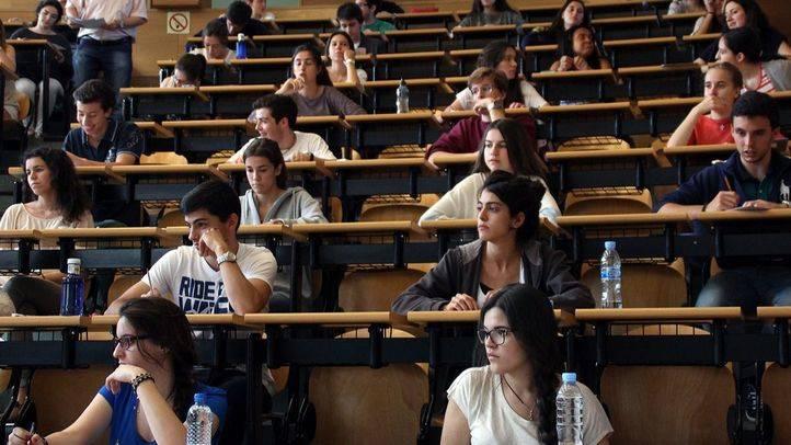 Estudiantes realizando los exámenes de acceso a la Universidad (Archivo)