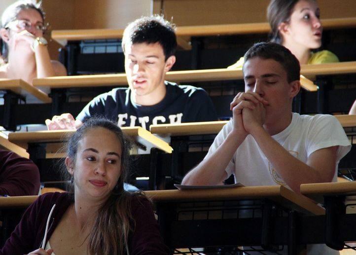 Selectividad. Alumnos nerviosos esperando que les entreguen el examen.