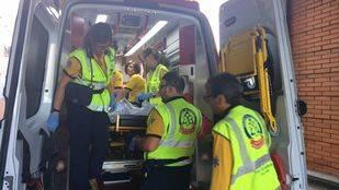 Los servicios de emergencias, trasladando al septuagenario al hospital tras ser atropellado en Villaverde.