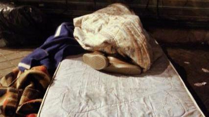 Personas sin hogar durmiendo en la calle.