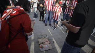 La placa de Hugo Sánchez, llena de basura