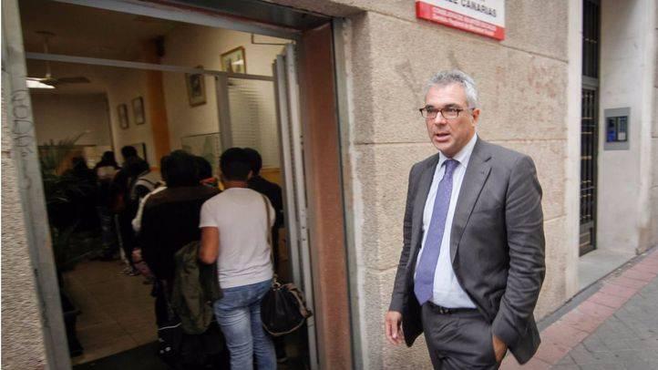 El consejero de Asuntos Sociales y Familia, Carlos Izquierdo, visita el comedor social de la calle Canarias. (Archivo)