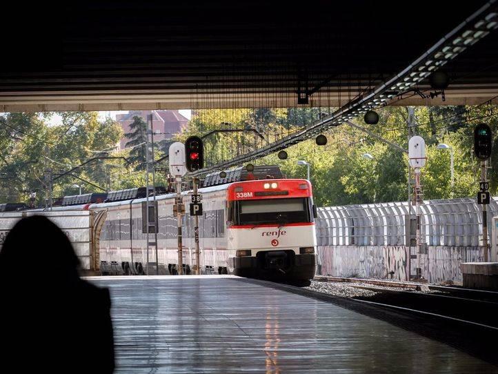 Tren de cercanías de la línea C7 entrando en la estación de Entrevías.