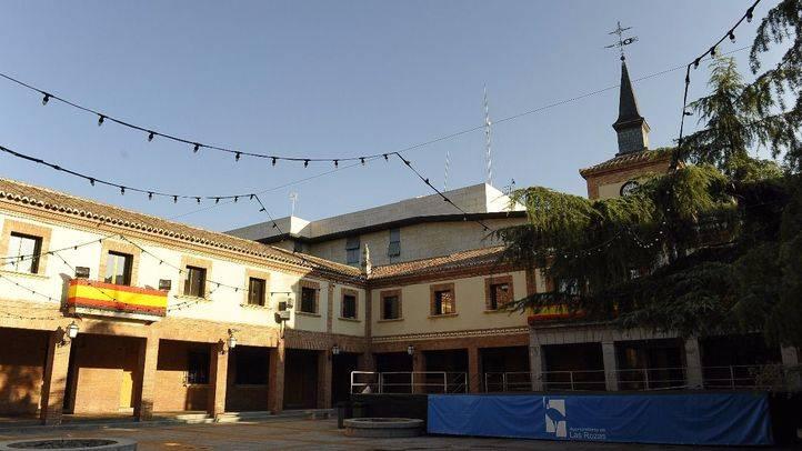 Plaza engalanada para las fiestas de Las Rozas.