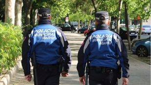 Foto de archivo de dos policías municipales de Madrid patrullando.