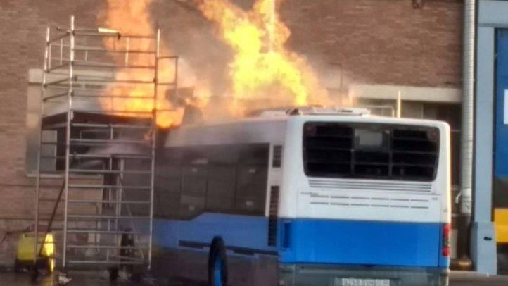 Arde un autobús de la EMT que estaban desmantelando.