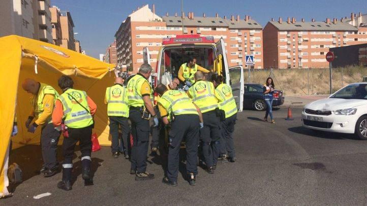 Atropello muy grave en Las Tablas. El SAMUR atiende a mujer de 72 años con traumatismo craneoencefálico severo en calle Valcarlos.