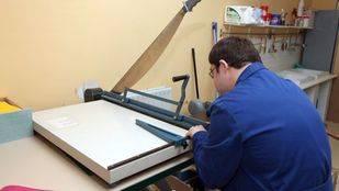 Una persona con discapacidad trabajando en un centro ocupacional