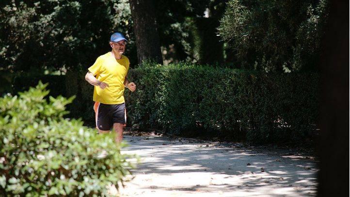 Hombre corriendo por el parque del Retiro