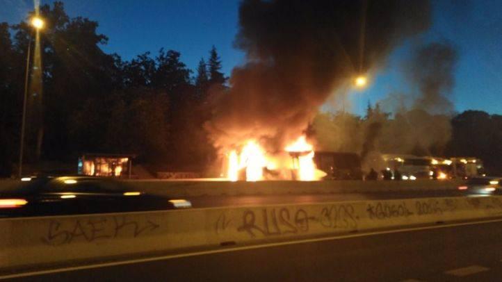 Un autobús arde en la A-6