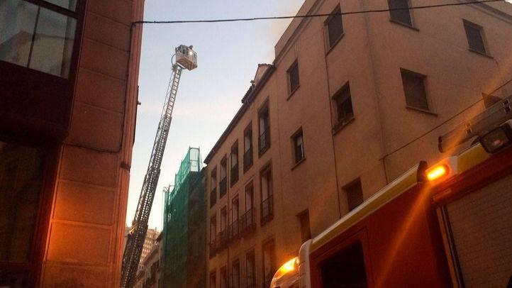 Los bomberos sofocan un incendio en el barrio de Conde Duque