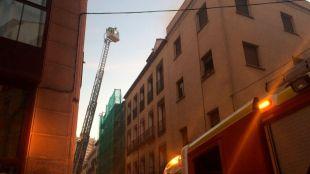 Desalojo de ocho familias por un incendio en Conde Duque