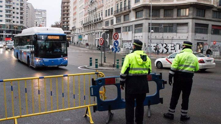 Agentes de movilidad colocan vallas para el corte de la Gran Vía en diciembre de 2016.