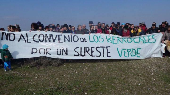 Un centenar de vecinos de Vicálvaro y Vallecas participan en la Marcha al Cerro Almodóvar organizada por la Plataforma por un Sureste de Madrid limpio y sostenible contra el proyecto de urbanización de Los Berrocales.