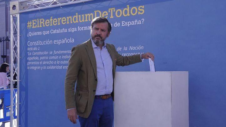 La plataforma Hazte Oír realiza un acto simbólico en la Puerta del Sol para expresar el rechazo al referéndum ilegal del 1 de octubre