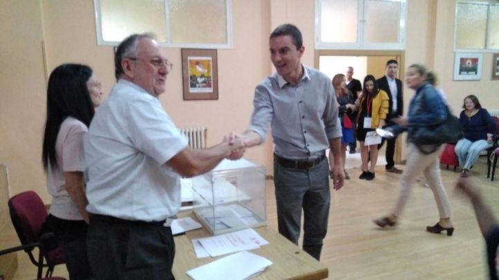 Juan Lobato votando en las Primarias del PSOE-M