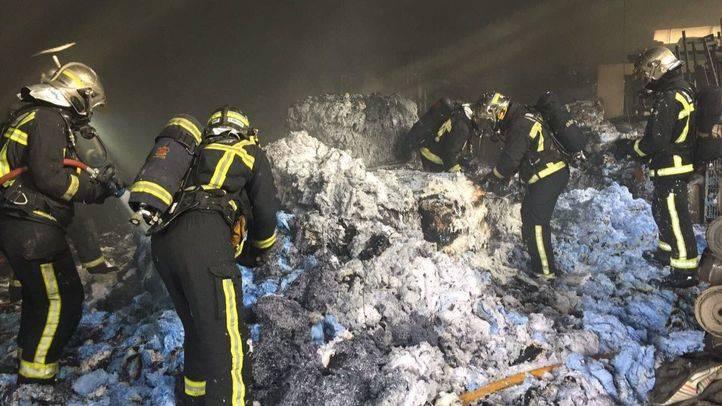 Bomberos de la Comunidad de Madrid trabajando para extinguir el fuego de una nave industrial en Valdemoro