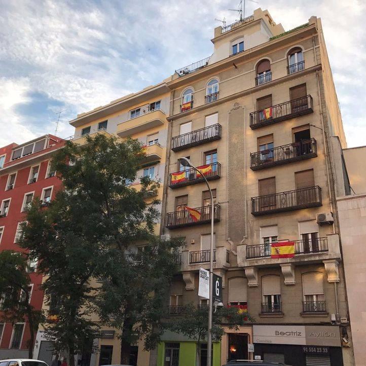 Miles de banderas de España inundan Madrid