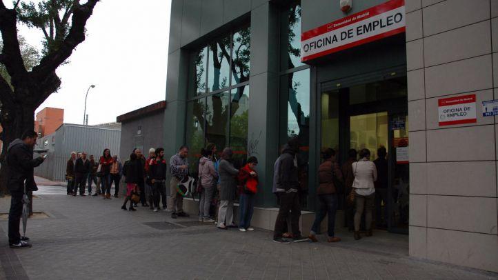 Cola de gente esperando a que abran las puertas de una oficina de empleo en Madrid