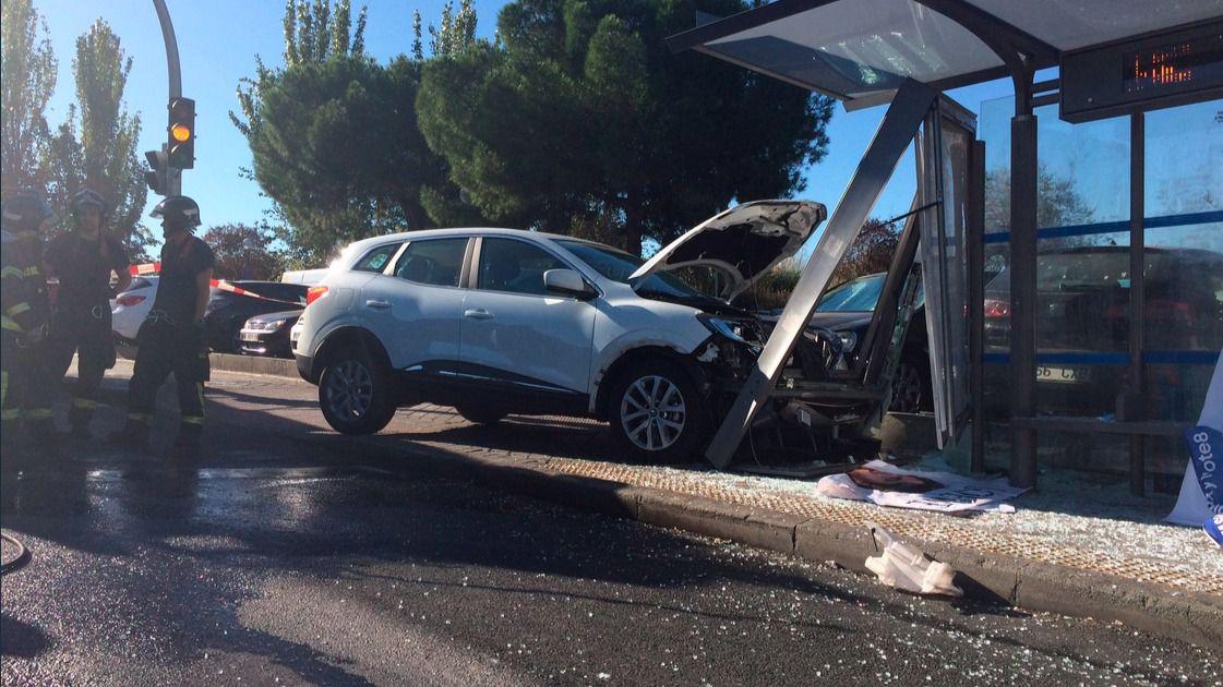 Un conductor se empotra contra una marquesina de la emt en la avenida de los poblados madridiario - Oficina de extranjeria avenida de los poblados ...