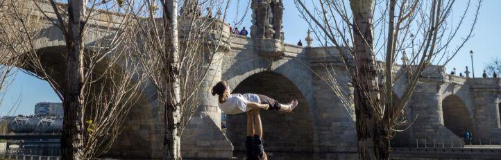 Actividades al aire libre en el parque de Madrid Río en las inmediaciones del puente de Toledo.