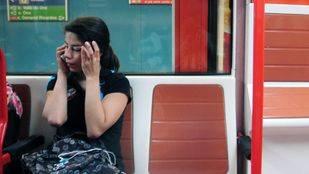 Viajeros metro con móvil.