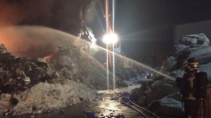 Incendio en una nave de gestión de residuos en Serranillos del Valle