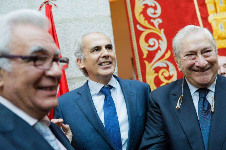 El nuevo consejero de Sanidad, enrique ruiz Escudero, junto a sus predecesores en el cargo, Jesús Sánchez Martos y Javier Rodríguez.