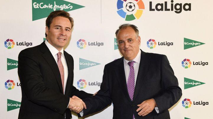 Dimas Gimeno (El Corte Inglés) y Javier Tebas (LaLiga), tras la firma del contrato.