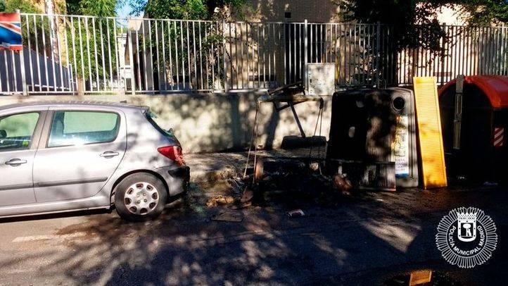 Contenedores de papel y vidrio quemados en Villaverde