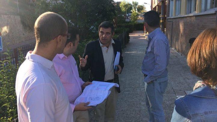 El alcalde de Algete visitando el CP Padre Jerónimo donde han comenzado las obras